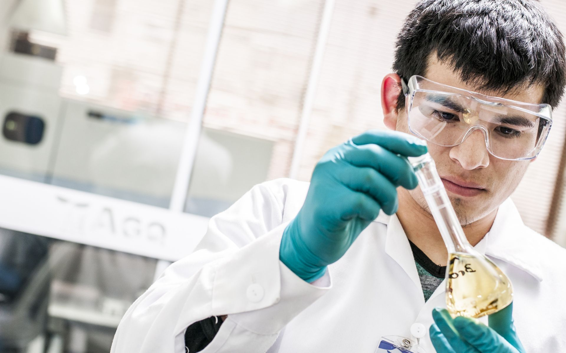 Técnico de laboratorio de AGQ Labs Perú